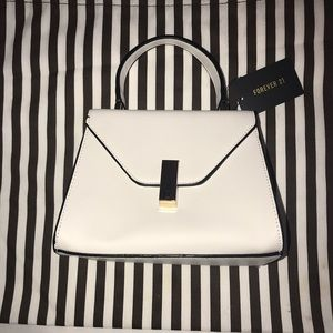 🌸NWT FOREVER 21 WHITE CLUTCH🌸